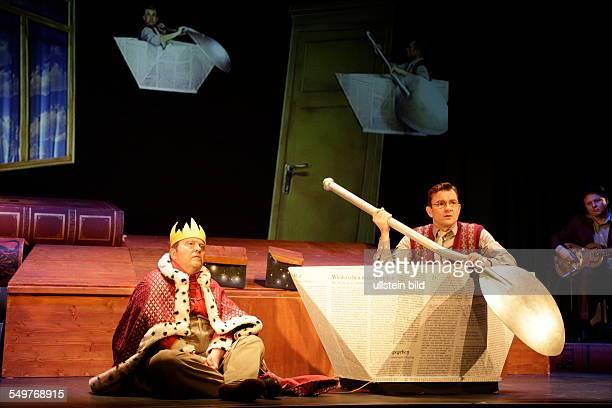 Schauspieler Gustav Peter Woehler und Matthias Freihof im Theaterstueck Der kleine Koenig Dezember im Berliner Schloßpark Theater
