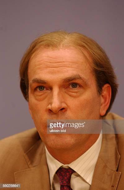 Schauspieler Herbert Knaup während der Dreharbeiten zur ZDF-Fernsehserie -Das Kanzleramt- in Berlin