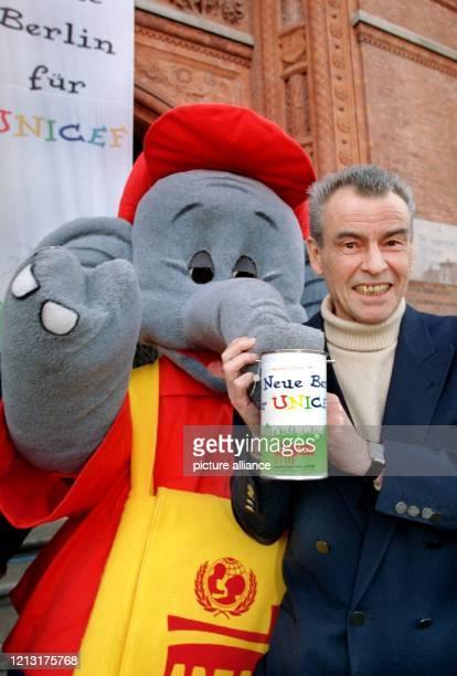 Schauspieler Horst Buchholz und der beliebte Elefant Benjamin Blümchen präsentieren am 27.3.1999 vor dem Roten Rathaus in Berlin eine...
