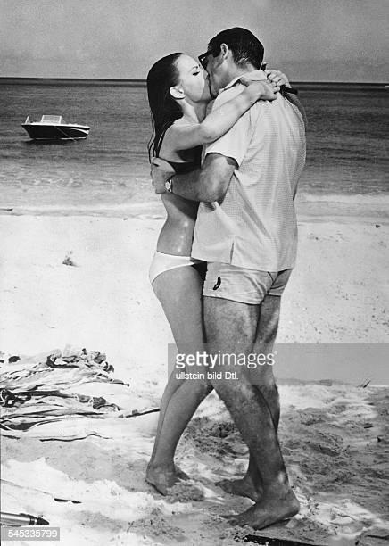 Schauspieler in einer Szene aus dem JamesBondFilm 'Feuerball' mit Claudine Auger 1965