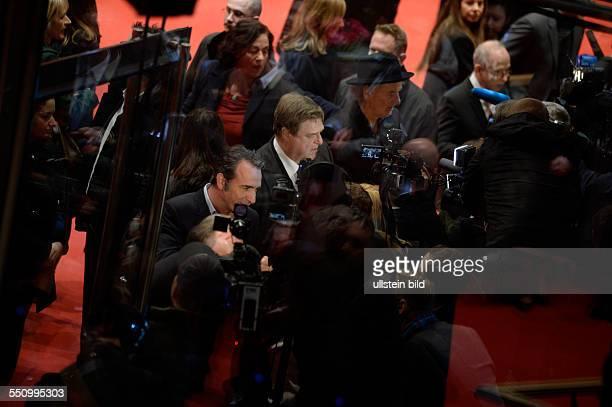Schauspieler Jean Dujardin Schauspieler John Goodman und Schauspieler Bill Murray geben Interviews während der Premiere des Films THE MONUMENTS MEN...