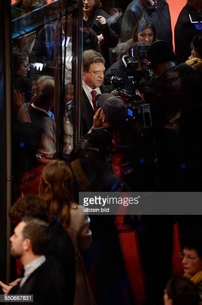 Schauspieler John Goodman gibt Interviews während der Premiere des Films THE MONUMENTS MEN anlässlich der 64 Internationalen Filmfestspiele Berlin