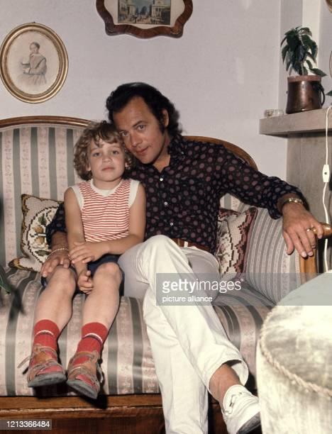 """Schauspieler Klausjürgen Wussow mit Sohn Alexander """"Sascha"""" im Juni 1971 in seinem Haus in Wien. Wussow feiert am 30. April seinen 75. Geburtstag...."""