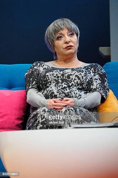 Schauspieler Manon Strache als Muga Lu am bei der Fotoprobe zum Theaterstück MITTENDRIN in der Berliner Komödie am Kurfürstendamm, Premiere