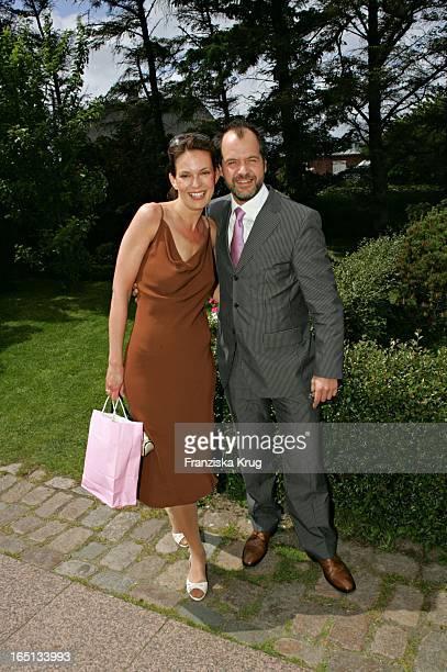 Schauspieler Marek Erhardt Und Ehefrau Maren Bei Der Kirchlichen Hochzeit Von Stich In Der St Severin Kirche In Keitum Auf Sylt Am 110605