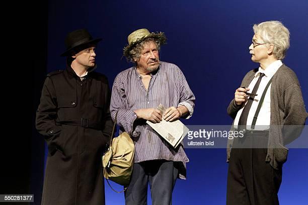 Schauspieler Mathias Harrebye Bramdt als Simpson Matthias Freihof als Einstein und Volker Bramdt als Vagabund am beim Fototermin zum Theaterstueck...