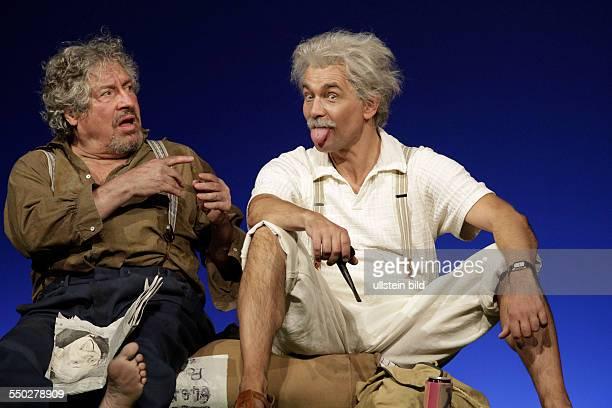Schauspieler Matthias Freihof als Einstein und Volker Bramdt als Vagabund am beim Fototermin zum Theaterstueck EINSTEINS VERRAT im Berliner...
