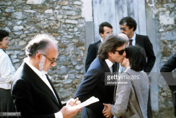 Schauspieler Michel Piccoli und Daniel Biasini , der zweite, von Romy Schneider getrennte, Ehemann, bei ihrer Ankunft. Auf dem französischen...