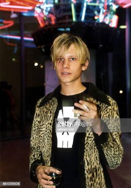 Schauspieler Musiker Österreich mit Zigarette und Weinglas in der Hand 2000