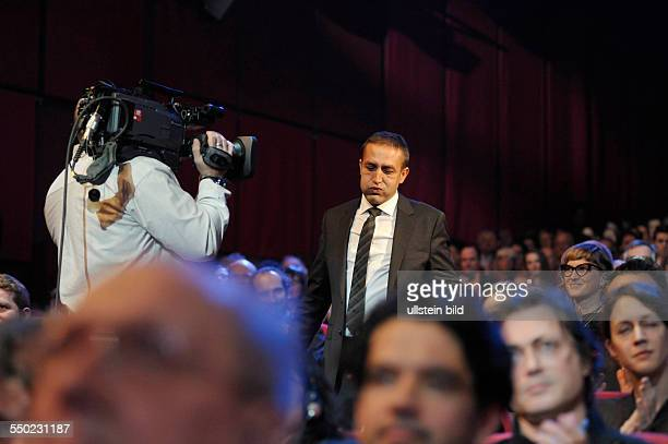 Schauspieler Nazif Mujic auf dem Weg zur Bühne anlässlich der Preisverleihung der 63. Internationalen Filmfestspiele in Berlin