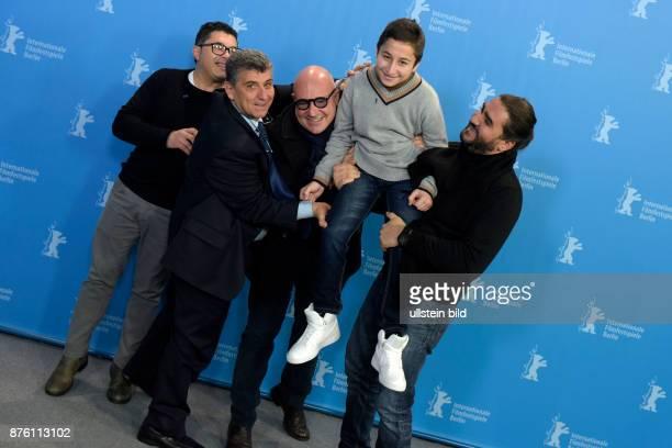 Schauspieler Pietro Bartolo und Regisseur Gianfranco Rosi mit Darsteller Samuele Pucillo und dem Filmteam während des Photocalls zum Film FIRE AT SEA...