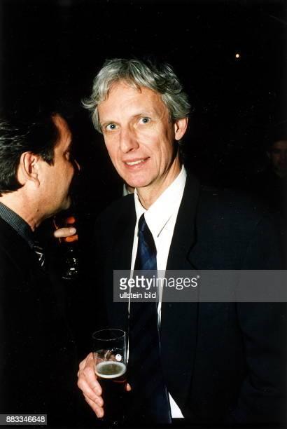 Schauspieler Regisseur D mit einem Bierglas auf einem Empfang anlässlich der Berlinale Februar 1999