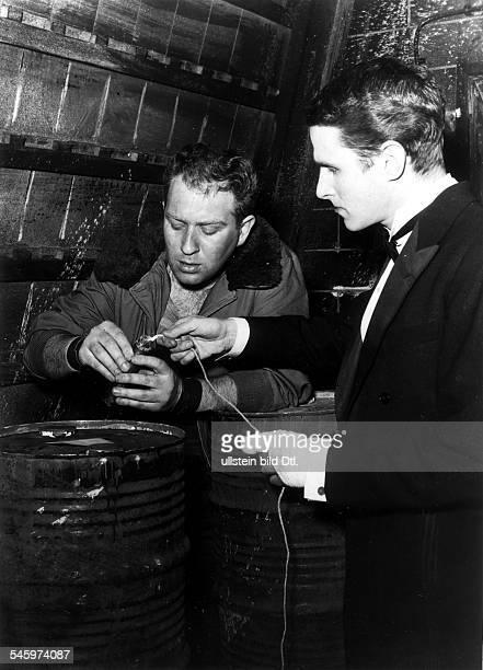 Schauspieler Regisseur Dmit Harry Meyen in dem Stück'Biedermann und die Brandstifter' von MaxFrisch 1959