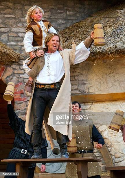 Schauspieler Sascha Gluth in der Rolle Klaus Stoertebeker und Michelson T Rader in der Rolle Nicolas spielen in einer Szene des Stueckes '...