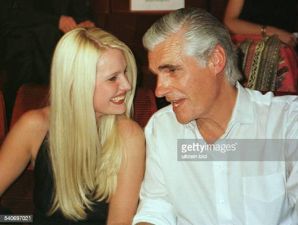 Schauspieler Sky Dumont zusammen mit Mirja Becker bei der Premiere seines Films ''Manila'' Becker eine Freundin von Dumont lächelt ihn an