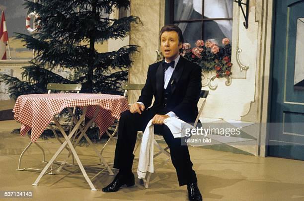 * Schauspieler Sänger Österreich sitzt auf einem Stuhl und singt in der PeterAlexanderShow um 1979 col