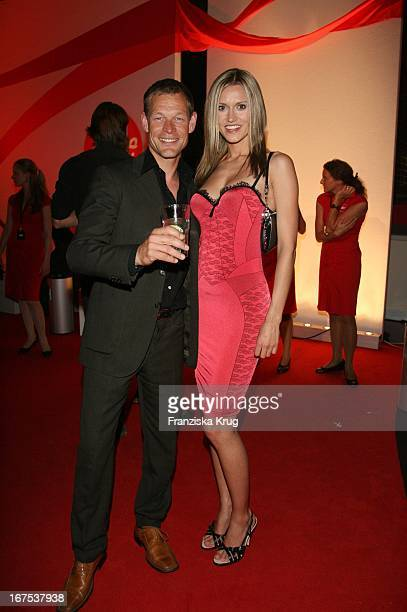 Schauspieler Stefen Wink Und Model Yvonne Hölzel Bei Der Verleihung Der New Faces Awards Im Bcc In Berlin Am 030407