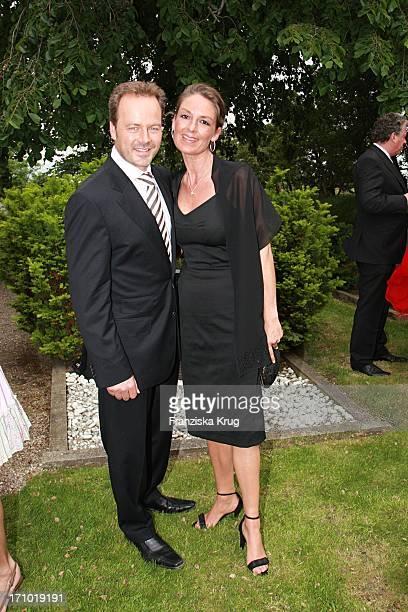 Schauspieler Till Demtröder Mit Ehefrau Julia Bei Der Kirchlichen Hochzeit Von Andreas_Fritzenkötter Und Elisabeth_Fritzenkötter In Der Morsumer St...