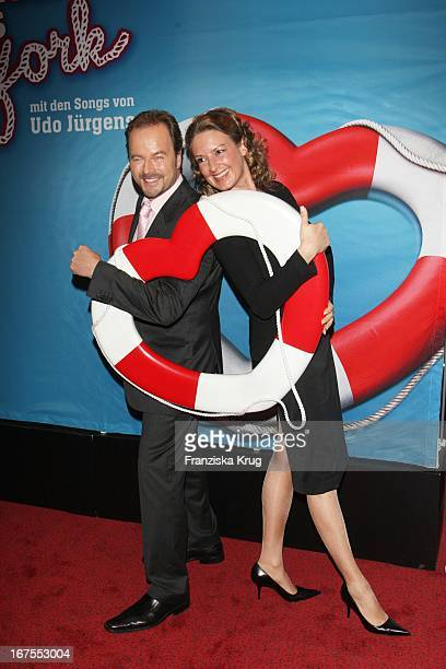 Schauspieler Till Demtröder Mit Ehefrau Julia Bei Der Musicalpremiere 'Ich War Noch Niemals In New York' Am 021207 In Hamburg Im Operettenhaus