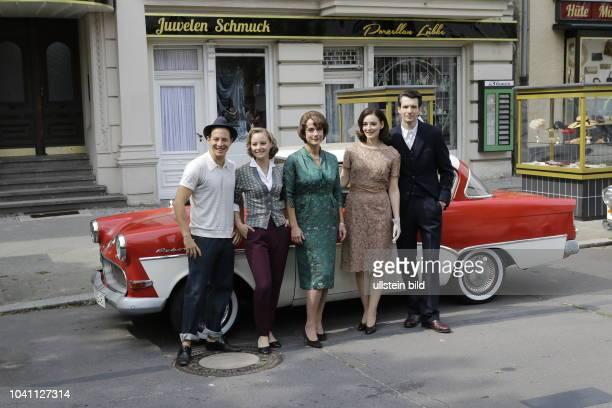 Schauspieler Trystan Pütter Sonja Gerhardt Claudia Michelsen Sabin Tambrea Deutschland Berlin Pressetermin am Set 'Ku'damm 59'