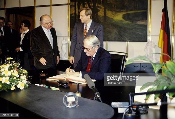 Schauspieler USA beim Eintrag in das Goldene Buch der Stadt Berlin im Hintergrund Eberhard Diepgen und li daneben Billy Wilder Februar 1993