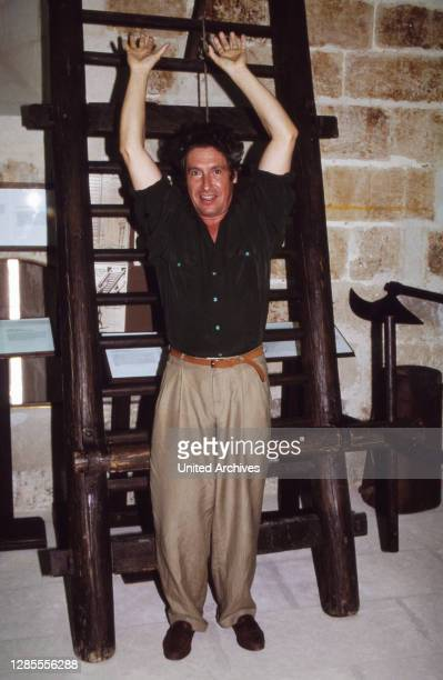 Schauspieler Volker Brandt entdeckt historische Folterwerkzeuge auf Mallorca, Spanien 1989.