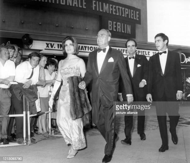 Schauspieler Walter Gross trifft in Begleitung der argentinischen Filmdelegation Schauspielerin Maria Cristina Laurenz Regisseur Rodolfo Kuhn und...