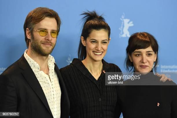 Schauspieler Özgür Cevik Regisseurin Ceylan Özgun Özcelik und Schauspielerin Algi Eke beim Photocall zum Film KAYGI/INFLAME während der 67 Berlinale