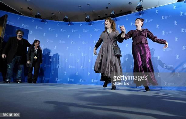 Schauspielerim Yolande Moreau und Schauspielerin Miss Ming tanzen während des Photocalls zum Film MAMMUTH anäßlich der 60 Internationalen...