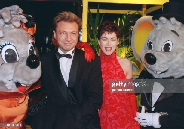 """Schauspielerin Anja Kruse und ihr Ehemann Jean Louis Daniel werden """"Ball des Sports"""" am 6.2.1999 in Wiesbaden von zwei Plüsch-Mäusen in die Zange..."""