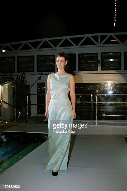 Schauspielerin Annett Renneberg Modelt Ein Kleid Von SPavenstedt Sommer Kollektion 2003 Beim Hapag Lloyd Sommerfest 'Europagala' Auf Der Ms Europa