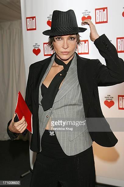 Schauspielerin Anouschka Renzi Bei Der Ankunft Zur Ein Herz Für Kinder Spendengala In Der Ullstein Halle In Berlin