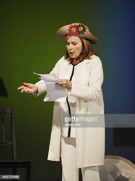 Schauspielerin Brigitte Grothum als Beatrice Stella Campbell am bei einer Fotoprobe zum Theaterstueck Geliebter Luegner im Berliner Schloßpark...