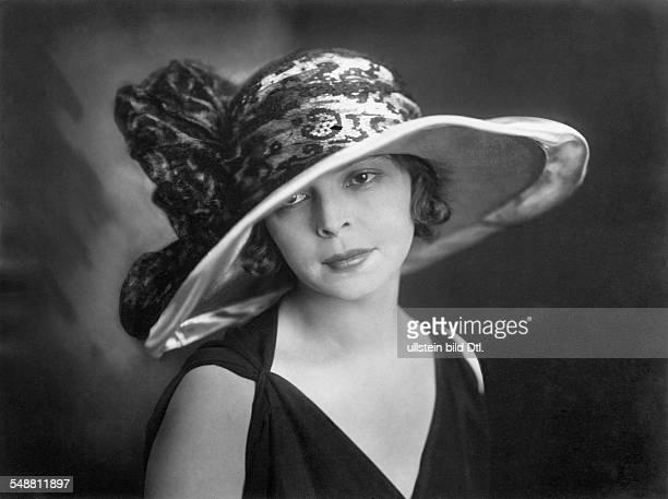 Schauspielerin Bulgarien Portrait traegt einen Hut mit breiter Krempe und Tuellbesatz veröffentlicht Dame 24/1922 Aufnahme Suse Byk