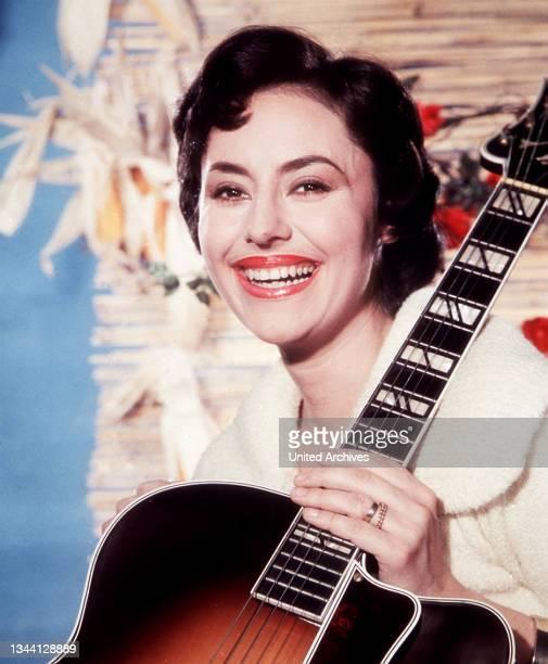 """Schauspielerin CATERINA VALENTE in """"Du bist Musik"""" mit Gitarre, 1956."""