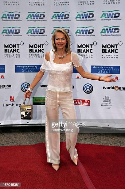 Schauspielerin Claudine Wilde Bei Der Ankunft Zu Verleihung Der Womens World Awards In Hamburg
