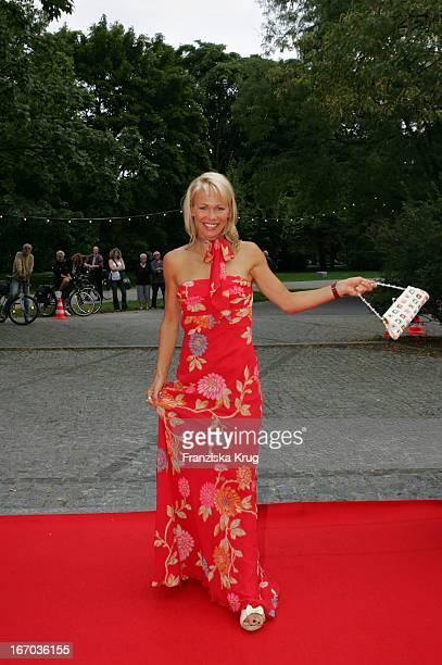 Schauspielerin Claudine Wilde Bei Der Verleihung Des Brisant Brillant Im Tipi Zelt Am Kanzleramt In Berlin Am 030905