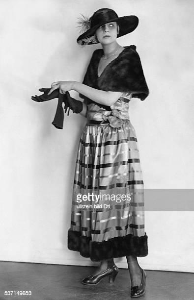 Schauspielerin D in einem blau grauen Taftkleid mit Biberpelz erschienen Dame 22/1921 Foto Ernst Sandau