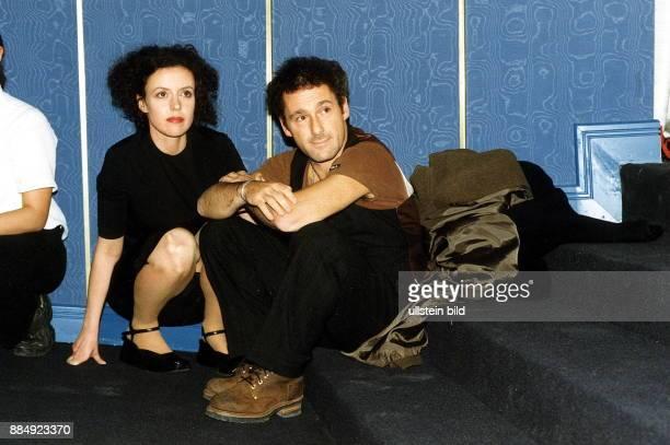 Schauspielerin D mit dem Filmregisseur Dani Levy beide sitzen an einem Treppenabsatz 1999