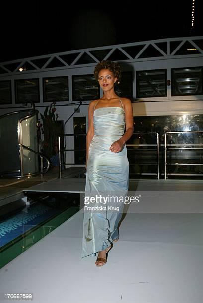 Schauspielerin Dennenesch Zoude Modelt Kleid Von SPavenstedt Sommerkollektion 2003 Beim Hapag Lloyd Sommerfest Europagala Auf Der Ms Europa