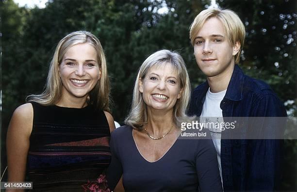 """Schauspielerin Din der ZDF-Fernsehserie """"Nesthocker"""" mit ihren Filmkindern - 2000"""