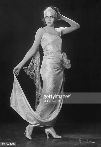 Schauspielerin Din einem ärmellosen Seidenkleidmit Stirnband und Stola aus Stickereierschienen Dame 7/1922/23Foto A Binder