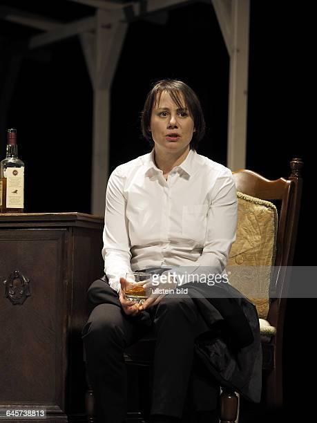 Schauspielerin Eva Loebau als Ivy Weston am bei der Fotoprobe zum Theaterstueck EINE FAMILIE August Osage County im Berliner Theater am...