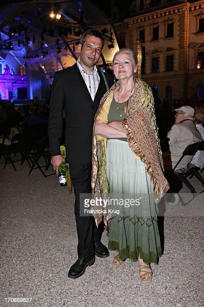 Schauspielerin Eva Maria Hagen Mit Manager Bei Der Eröffnung Der Thurn Und Taxis Schlossfestspiele Mit Dem Theaterstück Romeo Und Julia Auf Schloss...
