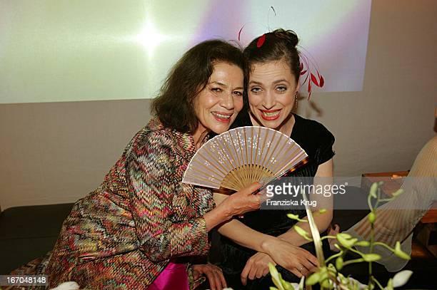 Schauspielerin Hannelore Elsner Und Schauspielerin Anna Thalbach Bei Der Verleihung Der Goldenen Feder In Der Handelskammer In Hamburg