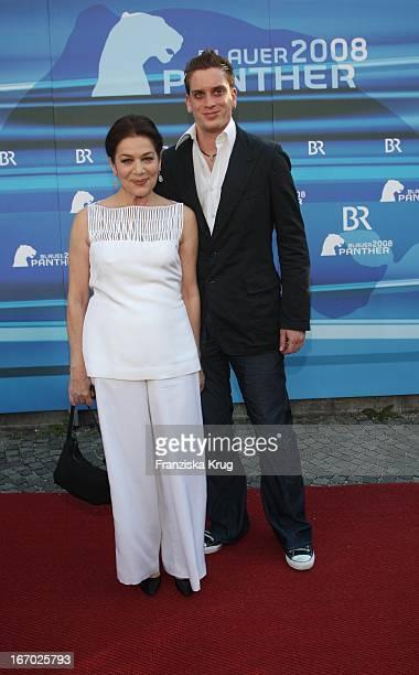 Schauspielerin Hannelore Elsner Und Sohn Dominik Bei Der Verleihung Des Bayerischen Fernsehpreis Im Prinzregententheater In München Am 090508