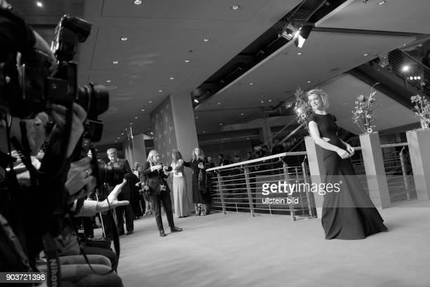 Schauspielerin Heike Makatsch und Pressefotografen anlässlich der Eröffnung der 67 Berlinale mit dem Film DJANGO