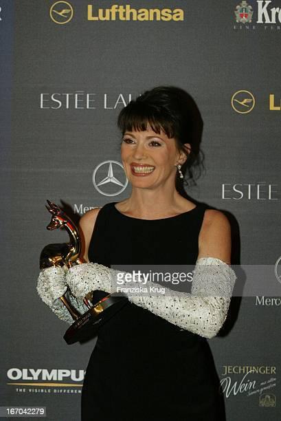 Schauspielerin Iris Berben Posiert Stolz Mit Ihrer Auszeichnung Bei Der 54 Verleihung Des Medienpreises Bambi