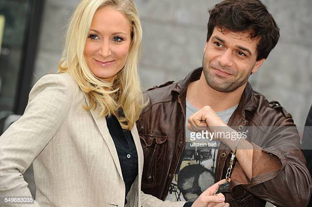 """Schauspielerin Janine Kunze und Schauspieler Kai Schumann in der neuen ZDF-Serie """"Heldt"""" beim Fototermin in Köln"""