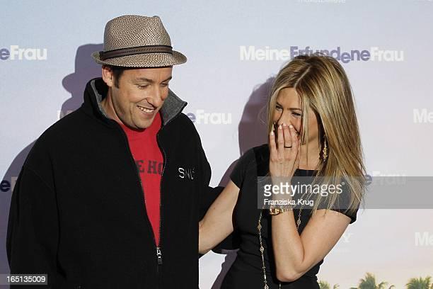 Schauspielerin Jennifer Aniston Und Schauspieler Adam Sandler Beim Meine Erfundene Frau Photocall In Berlin